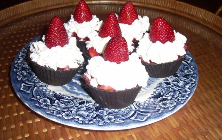 Caixinhas de chocolate com recheio de morango e chantilly