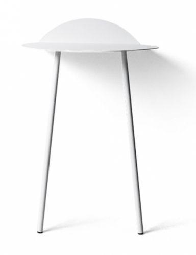 Dette sjarmerende veggbordet Yeh er designet av Kenyon Yeh for Menu oger et fint lite bord med mange bruksområder. Bruk det som nattbord, ved soafen stolen til å stille kaffekoppen på, eller i entreen til nøkler, handsker og lignende. Et anderledes møbel med et stilig grafisk uttrykk.Finnes i fargene : Svart og HvitMål: H71cm, D44cm, W55cm. Pulverlakkert stål.