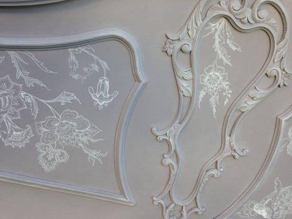Antiguo cabecero de cama y mesitas de noche a juego, restaurado,y pintado a mano con una base de Chalk Paint en color gris malva de Auténtico, y decorado a mano alzada con dibujos de inspiración floral de estilo libre, pintamos según sentimos fluir la creatividad .Patina y cera blanca