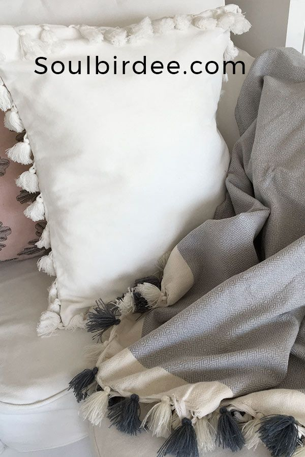 Detail Weisses Kissen Aus Samt Mit Bommeln Zu Grauer Baumwolle