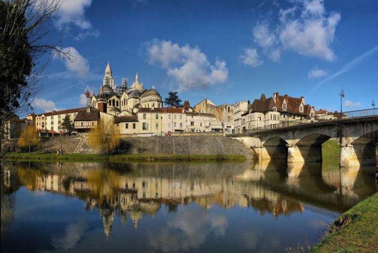 Aquitanien, Dordogne, Périgueux, diese Stadt im Herzen von Périgord bringt Ihnen ihre Geschichte mit verschiedenen Museen, einer Kathedrale und einer Vielzahl von Monumenten näher. Folgen Sie einfach Bontourism®.
