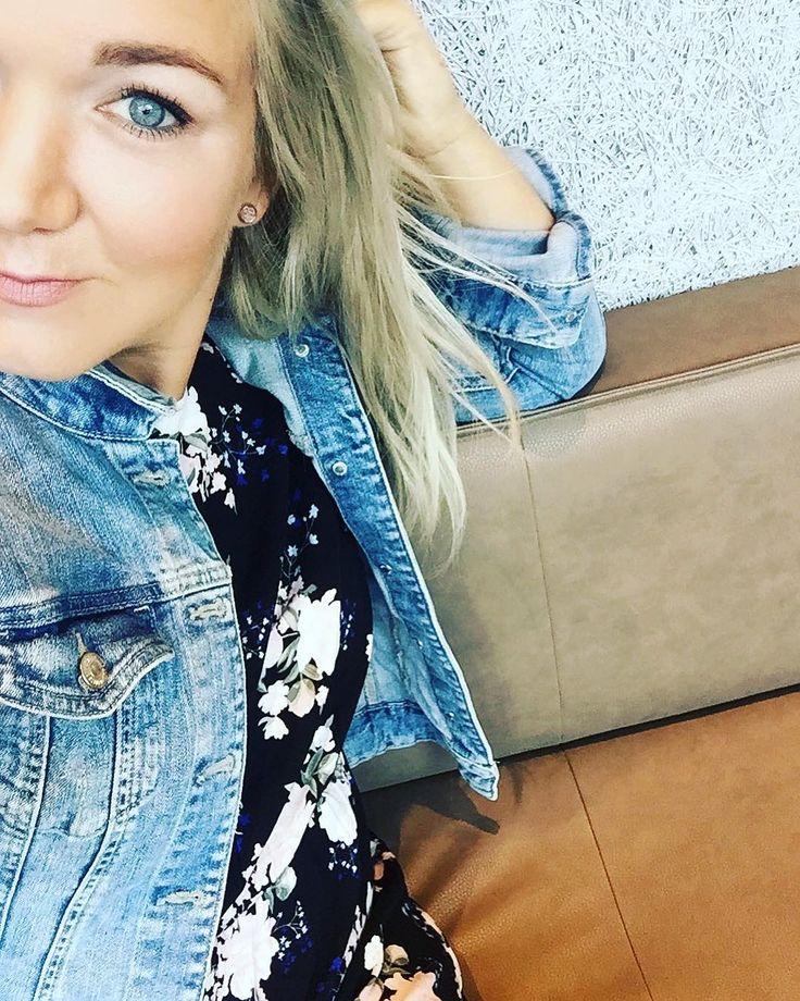 HerbstmelancholieWie gehts euch damit? Bei mir sinkt die Antriebskraft und ich könnte einfach nur schlafen   Deshalb jetzt nochmal ein Bild aus frischen Sommerzeiten demnächst folgen dann die Schal- und OhrenwärmerbilderIck freu ma #nicht  #herbst #müde #autumn #tired  #motivationimkeller #motivation #lost #mom #blonde #selfie #me #melancholie #mood #blue #jeans