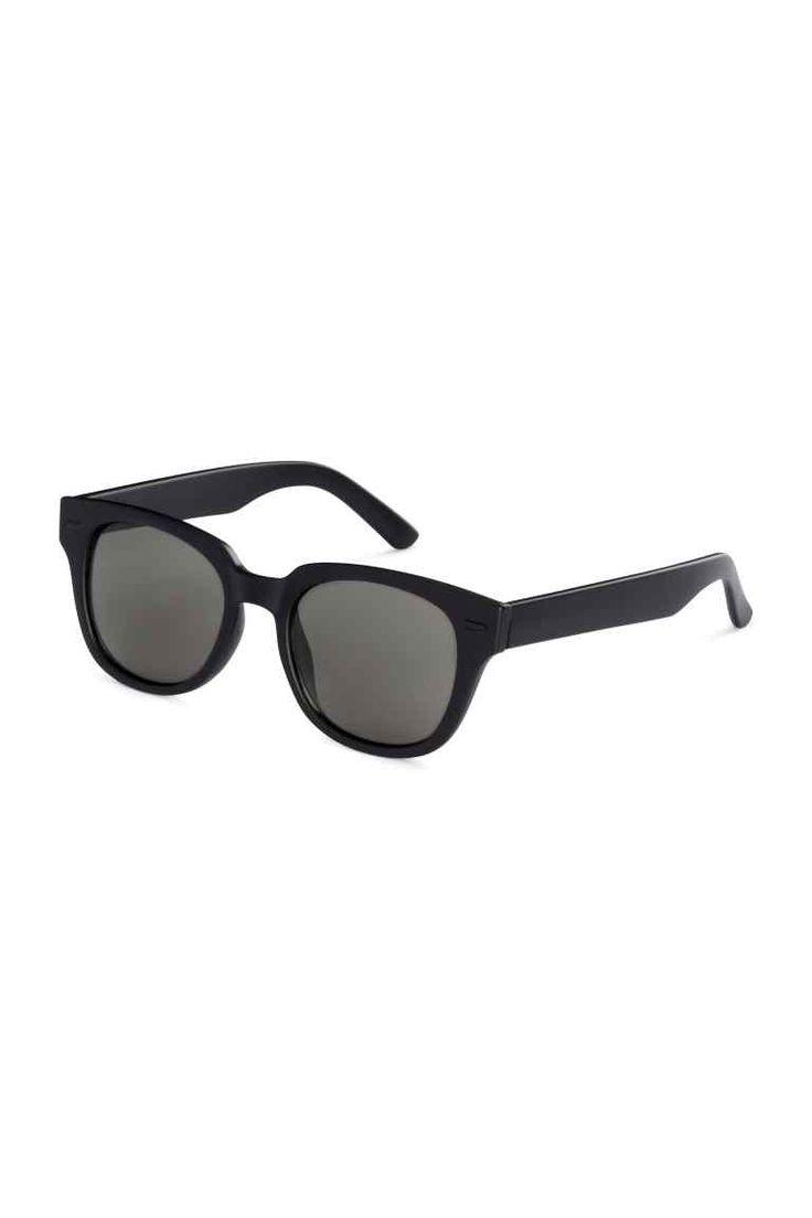 Óculos de sol: Óculos de sol em plástico com lentes coloridas. Proteção UV.