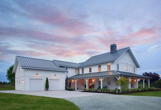 Ein Metalldach sieht gut aus auf einem modernen Bauernhaus.
