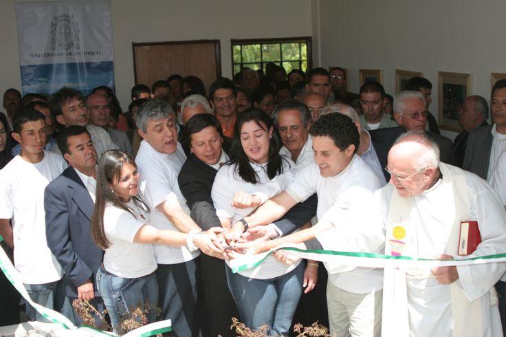 18-Inauguración. 2006. Se corta la cinta... ¡CONSTRUCCIÓN COLECTIVA!