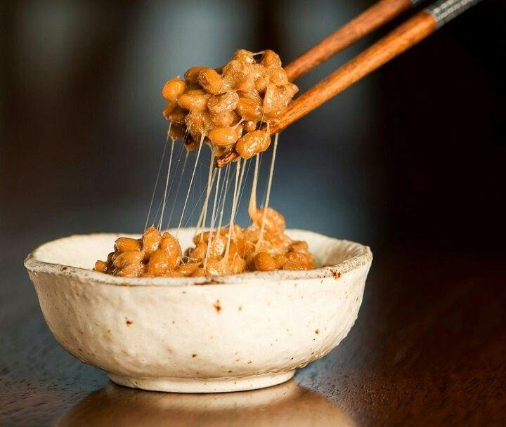Il Nattō è un alimento tradizionale giapponese prodotto attraverso la fermentazione dei fagioli di soia. Viene solitamente consumato abbinato a riso e succo di soia o senape. È ricco di proteine e di vitamina B12 e K2. È utilizzato per la preparazione di piatti a base di riso, per il sushi e nella zuppa di miso, oltre che nelle insalate e in altre ricette tradizionali. Il natto è popolare soprattutto nella regione di Kanto.