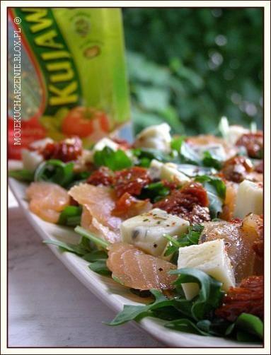 Zdjęcie - Sałatka z rukoli z łososiem, serem pleśniowym i suszonymi pomidorami - Przepisy kulinarne ze zdjęciami