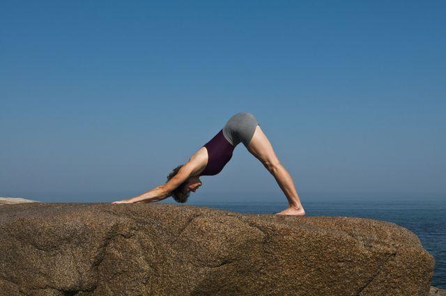 Posturas de yoga para la menopausia: Perro mirando hacia abajo (Adho Mukha Svanasana)