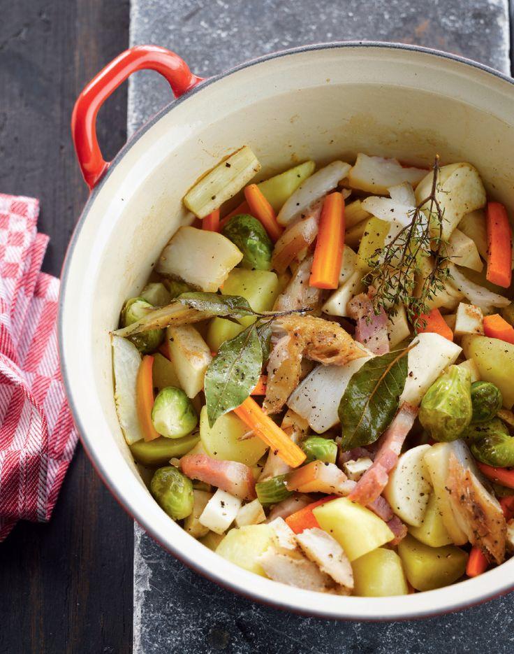 Bereiden: Verwarm de oven voor op 160 °C. Schil de knolselder, wortelen, pastinaak, rapen en de aardappelen en snijd ze in blokjes. Laat de groenten stoven in wat boter. Voeg de spruitjes, het spek, tijm en laurier toe. Stoof goed aan en kruid met gekneusde zwarte peper en zout. Blus met de bouillon en een scheutje witte wijn.