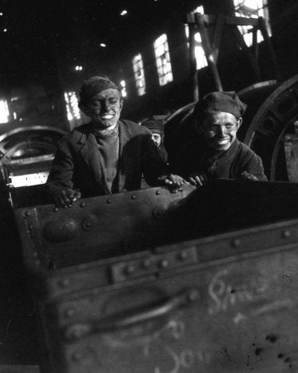 """ Mines de Lens en 1945 "" du photographe Robert Doisneau ( 1912 - 1994 ) 1/2"