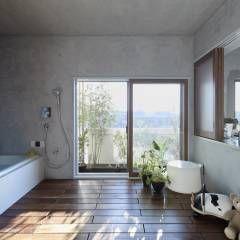 大きな窓のあるバスルーム: Takeshi Shikauchi Architect Office/鹿内健建築事務所が手掛けたオリジナル洗面所/お風呂/トイレです。
