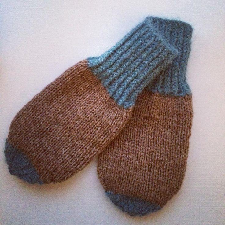 Kølige dage kræver varme fingre til middagsluren i vuggestuens barnevogn. Strikket efter @mydailyjunk opskrift. Den findes gratis inde på hendes hjemmeside. #knitforyourkid #knitting #nevernotknitting #strik #knitforkids