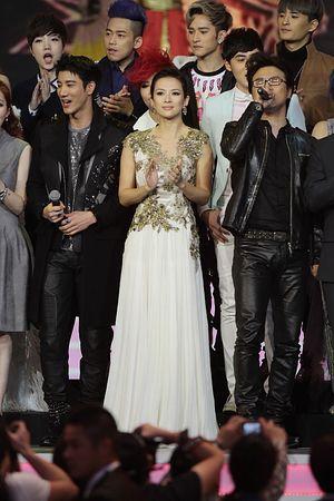 中国人女優の章子怡(中央)さんと歌手の汪峰さん(右)=2012年12月、台北(Imaginechina=時事) ▼8Feb2015時事通信|チャン・ツィイーさんが婚約 http://www.jiji.com/jc/zc?k=201502/2015020800170