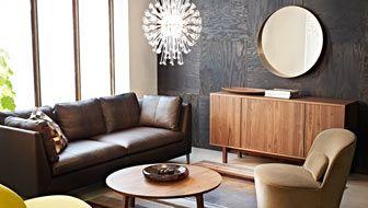 IKEA-stue med skinnsofa og bord i valnøttfiner