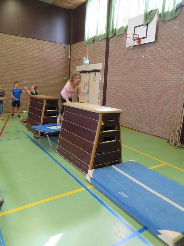 kast trampoline en dan weer een kast waar de kinderen in een keer op moeten springen (of op hun knieën)