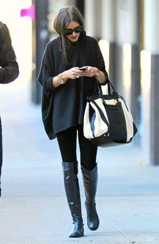 Tenue de Olivia Palermo: Poncho gris foncé, Leggings noirs, Cuissardes en cuir noires, Sac fourre-tout en cuir blanc et noir