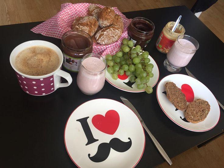 Sonntag = Brötchentag!  Heute mal auswärts und nicht von mir gestaltet aber trotzdem lecker. Yeahhh!  Mein Dank dafür geht an @mexicolita_   #brötchen #bun #diy #essen #food #instafood #hunger #frühstück #breakfast #dinkelmehlforthewin #keinaufbackmistsondernselbstgemacht #Hildesheim #photooftheday #picoftheday #yummi #foodporn #veganbun #selfmadebun