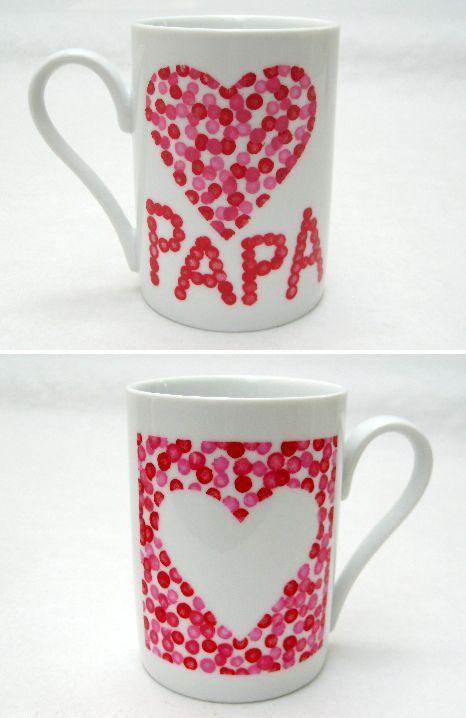 Décorer un mug pour la fête des pères! Très simple à réaliser il suffit de se munir d'un stylo permanent pour porcelaine, de faire son dessin sur le mug, tasse de café ou assiette, et le laisser cuire au four durant un temps défini.