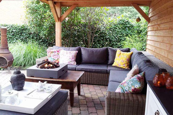 De tuin van de familie Bos. Zij genieten iedere dag onder hun houten veranda en op de loungeset met terrashaard.
