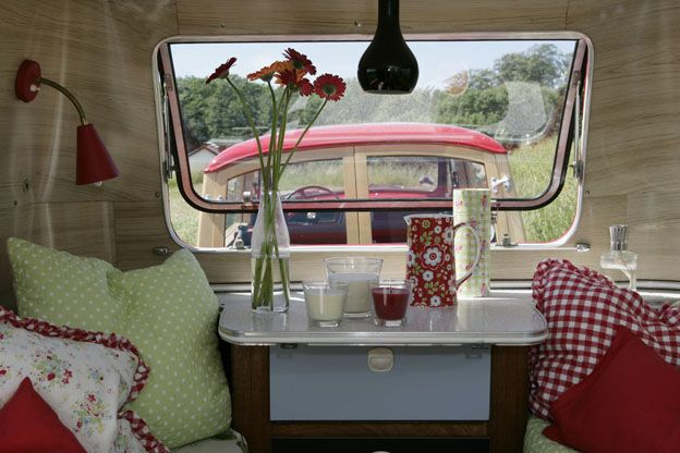 Lurve this color combo! Cute blog for vintage campers here! :): Colors Combos, Vintage Trailers, Caravan, Travel Trailers, Camps Trailers, Trailers Decor, Tins Cans, Happy Campers, Vintage Campers