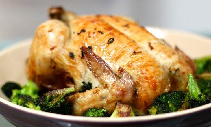 Underbar smakrik vårkyckling med ramslök och smör under skinnet.