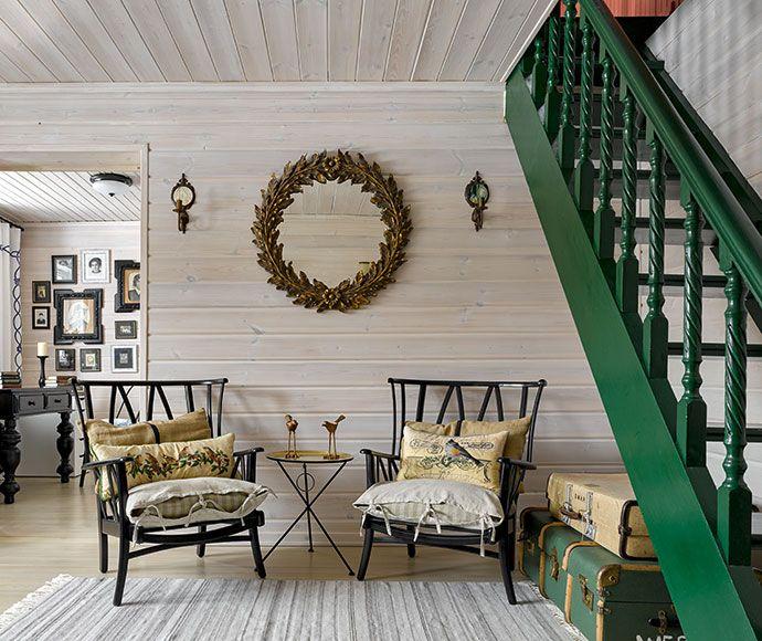Гостиная. Винтажные кресла 1960-х годов куплены в Англии на блошином рынке. Столик, зеркало, магазин The Furnish. Ковер, статуэтки птиц, Zara Home. Лестница, краска, Little Greene. Полы из лиственницы.