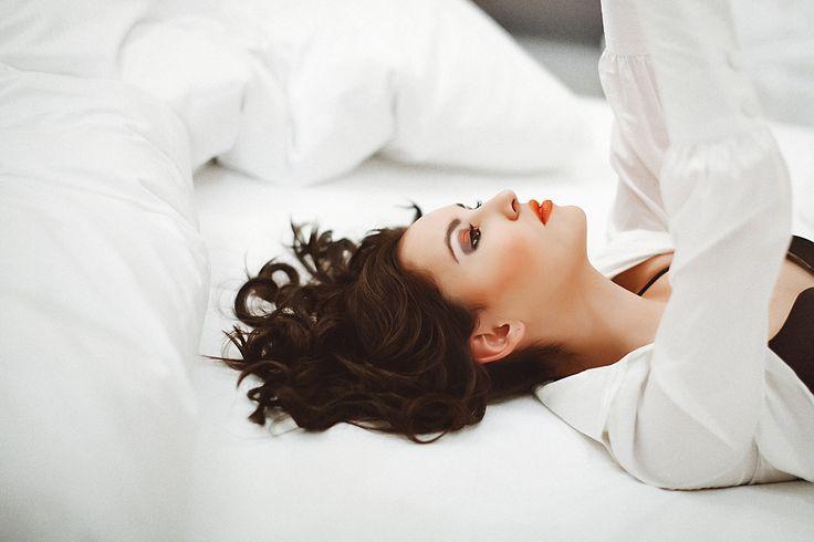 Сон на спине идеален для женщин, которые заботятся о своей красоте и желают замедлить время.   Такое положение предупредит раннее появление морщин и защитит грудь от обвисания.