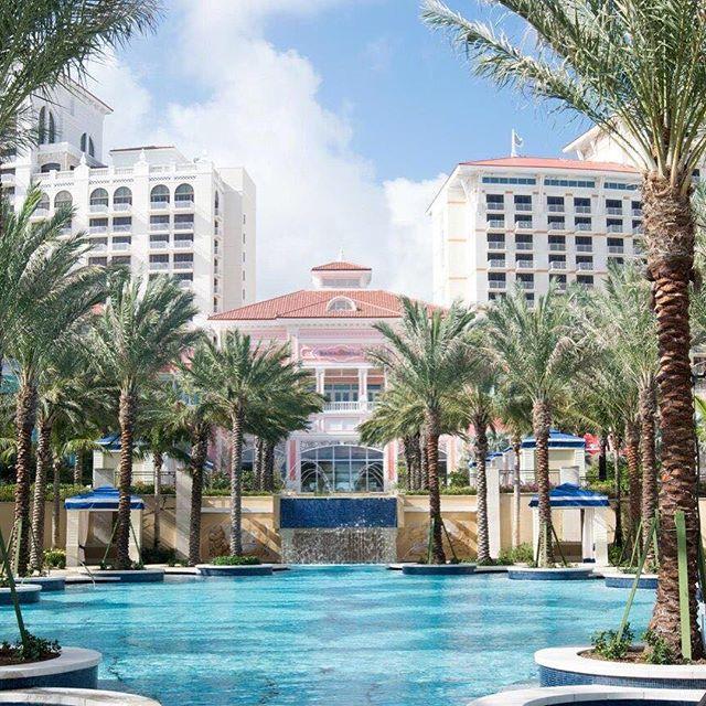 Bazaar está na ilha de New Providence nas Bahamas um dos destinos mais cool do Caribe. Nassau espécie de capital da ilha oferece roteiros naturais incríveis um comércio local high end e restaurantes de alta gastronomia. O luxuoso hotel Baha Mar (bahamarresorts) recém-aberto na ilha é nossa dica para relaxar com esta vista (de tirar o fôlego!) para os vários tons de azul do mar caribenho. Por @abuchalla #bahamar  via HARPER'S BAZAAR BRAZIL MAGAZINE OFFICIAL INSTAGRAM - Fashion Campaigns…