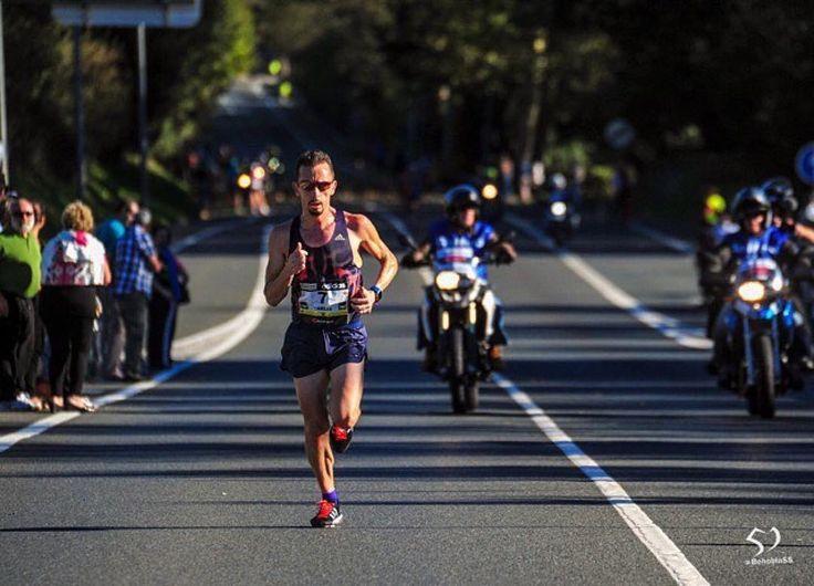 #Repost  @carles_castillejo #RunnersRepost CARTA ABIERTA A LOS MARATONIANOS  Llega febrero y se inaugura la temporada de maratones en España y en Europa. Llega el trimestre fantástico donde casi cada fin de semana hay un maratón en alguna ciudad europea.  En esos maratones hay profesionales hay runners hay gente que corre en 2h y gente que lo hace en 4h pero todos todos  cuando quedan 5' para dar la salida tienen el estomago lleno de mariposas.  Son esos nervios previos a la batalla a la…