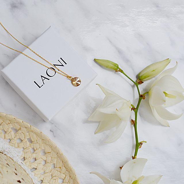 Złoty naszyjnik z kryształem swarovski. Cena:109zł. Kup na: https://laoni.pl/zloty-naszyjnik-z-miodowym-krysztalem-swarovski #swarovski #kryształ #naszyjnik #złoty #biżuteriaślubna