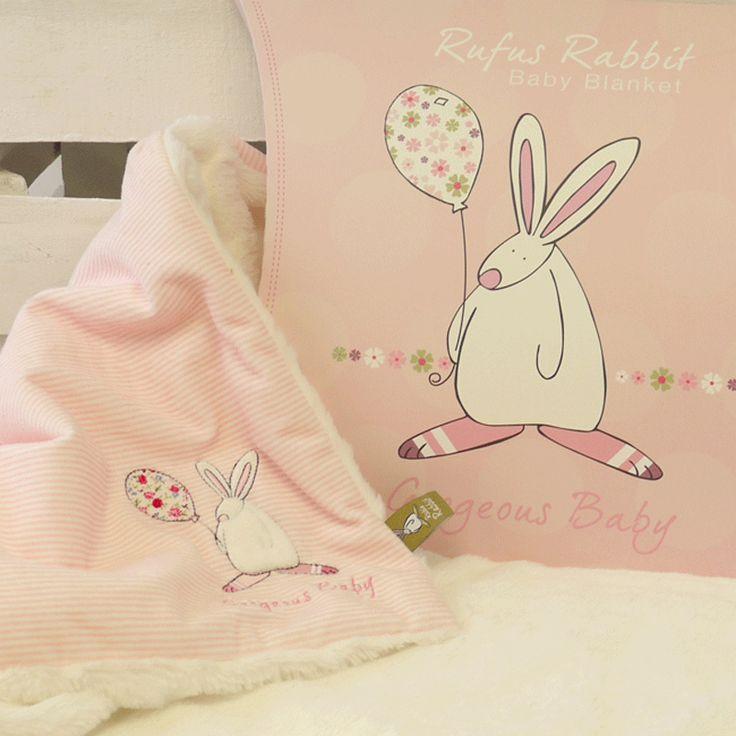Rufus Rabbit Baby teppe - pledd Rosa.    Herlig supermykt og koselig teppe - pledd til baby. Består av to lag. Pyntet med applikert kaninmotiv og brodert tekst: Geogeous Baby. Leveres i utsøkt gaveeske formet som en pute. Størrelse teppe: 70 x 85 cm. Størrelse gaveeske: 27 x 8 x 30 cm. Materialer: Syntetisk. Vask:Maskin eller håndvask.