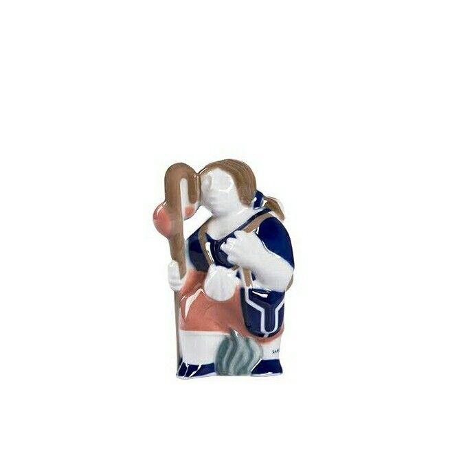 """Cerámica de Sargadelos. Peregrino N°8 - Figura de la colección """"Camino de Santiago""""  Muestra de la iconografía que incorpora la cerámica de Sargadelos a lo largo de los años: diferentes tipologías de peregrinos, personajes ilustres relacionados con Santiago, símbolos jacobeos (como la calabaza o la vieira), los instrumentos del Pórtico de la Gloria, la arquitectura de las iglesias románicas más importantes de la ruta."""