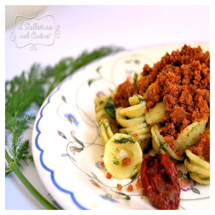 pasta con finocchio selvatico, alici, mollica e pomodoro secco