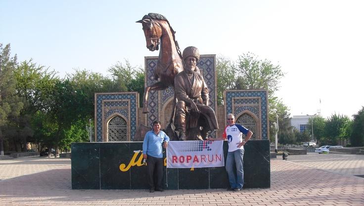 Peter Dennig in Turkmenistan, natuurlijk in Roparun-shirt