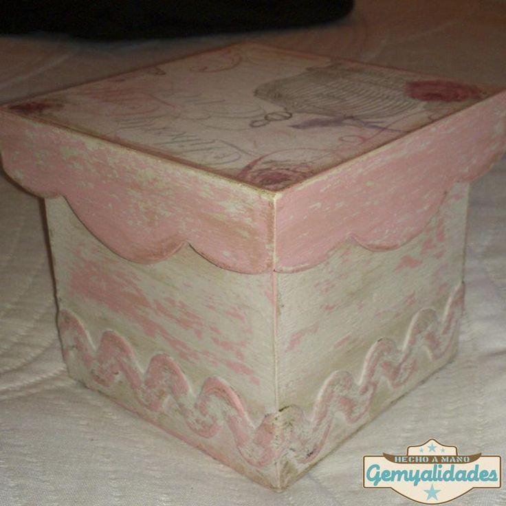 Si te gusta la decoración vintage customiza una caja siguiendo este tutorial. ¡Facilísimo!