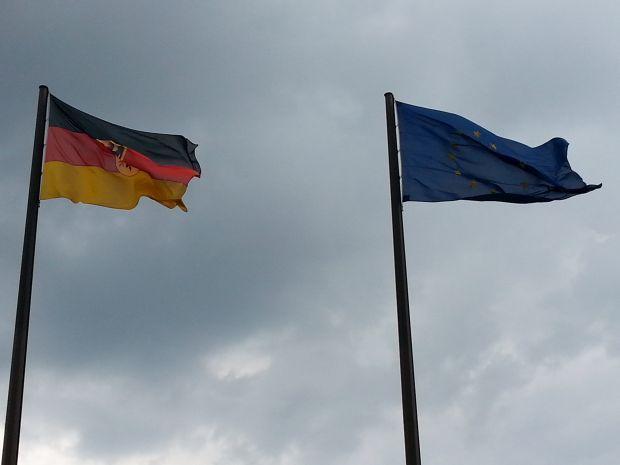 Deutschland und EU: Fahnen im Wind vor der Bundesbank Zentrale