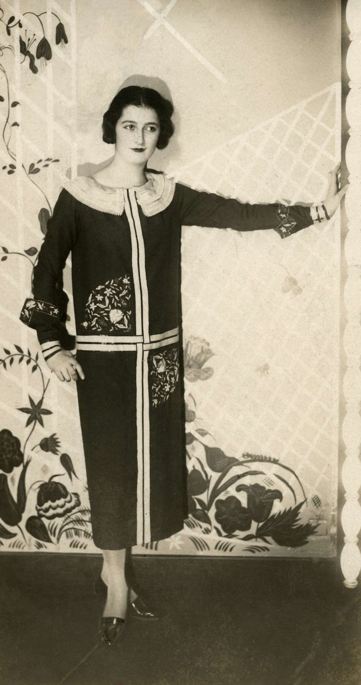 1925 -  Mannequin dans une robe droite avec col plissé plat, et broderie de Paul Poiret