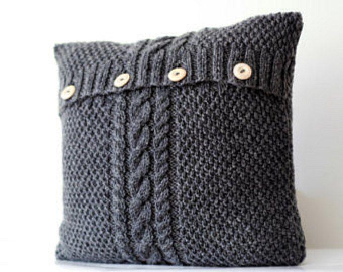 2 gestrickt graue Kissenbezüge - Kabel stricken dekorative Kissen Fall - handgemachte Wohnkultur 16 x 16 oder 18 x 18 Zoll Größe Gestrickte Kissen Fällen sieht gemütlich auf dem Sofa, couch. Einfach und doch klassisch Kabel stricken Design werden perfekte Ergänzung, wenn Sie lieben haben gemütliches Zuhause.  Hand auf Bestellung gefertigt. Es werden in zwei-drei Wochen nach dem Kauf.  Spezifikationen: Ballaststoff Anteil: 50 % Wolle / 50 % Acryl (angenehm für Touch) Technologie: Schließung…