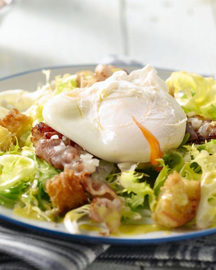 Een salade Niçoise kent iedereen, maar wat dacht je van deze originele salade Lyonnaise, met bacon, croutons, een gepocheerd ei en een heerlijke dressing?