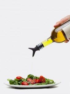 Tipsi Monkey Business - Black  Met de Tipsi giet u olie, azijn of dressing naar eigen smaak gemakkelijk over uw maaltijd. De Tipsi beschikt over twee verschillende schenktuiten.  Een leuke manier om te gebruiken is het hergebruiken van wijnflessen en deze te vullen met olie. De Tipsi past op standaard flessen.