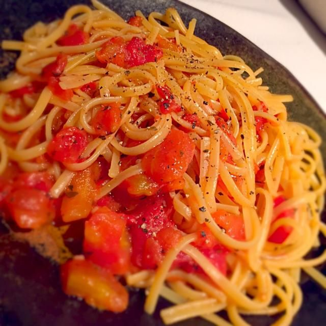 トマト缶をフライパンに開け、水を足し、煮立ったところに半分に折ったパスタを投入し、バジルやオレガノなどドライハーブと塩胡椒で味を付けながら好い加減まで煮詰めて行きます。お皿に盛ってエクストラバージンのオリーブオイルをかけていただきました。 - 43件のもぐもぐ - フライパンひとつで簡単トマトスパ by marikou1209