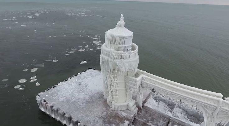 Маяк на озере Мичиган совсем замерз и превратился в сказочную башню - Необычные путешествия Александра Беленького