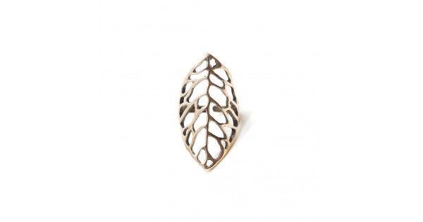 Üzeri oymalı geniş yaprak desenlerden oluşan bronz renk yüzüktür. Yüzük ayarlanabilir formdadır.