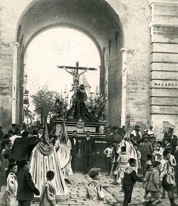 La Hiniesta por el arco de la Macarena .en 1919