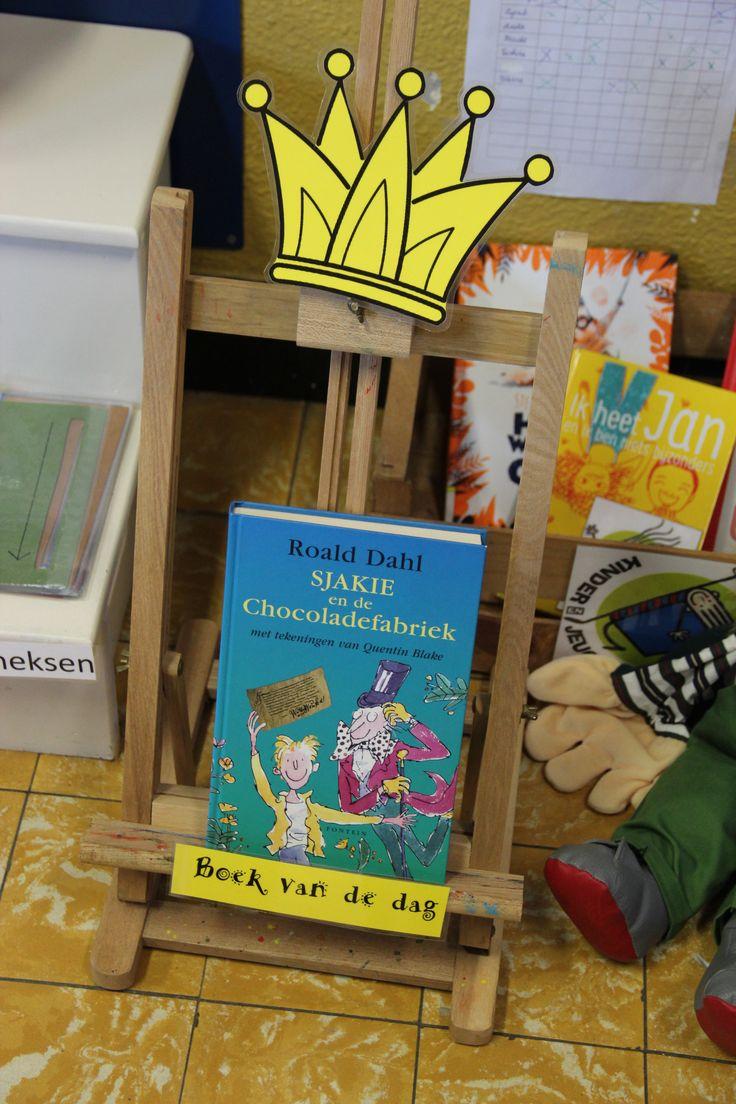 Bevorder het leesplezier door het boek van de dag te organiseren. De leerlingen stellen bijvoorbeeld 3 boeken in totaal voor en iedereen mag één stem uitbrengen.