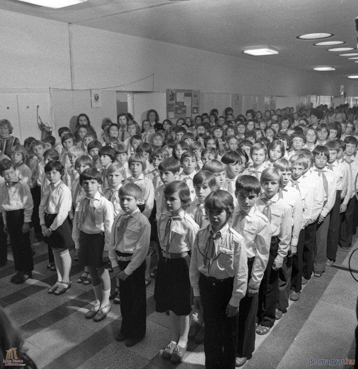 Ünnepélyesség és fegyelem az egykori tarjáni Révai József Általános Iskolában. '78