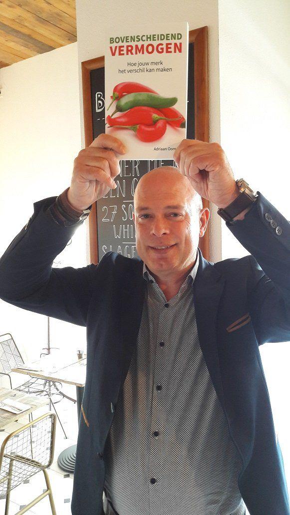 Auteur Adriaan Oomen trots met zijn nieuwe boek 'Bovenscheidend Vermogen, hoe jouw merk het verschil kan maken'. #bovenscheidendvermogen #adriaanoomen #futurouitgevers