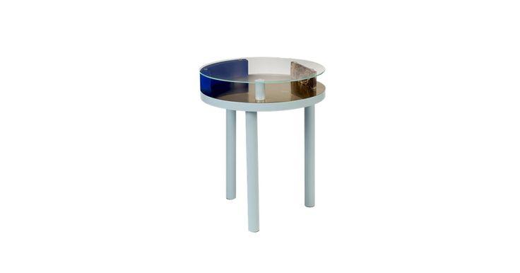 Den Montreal-baserede designer Zoë Mowat har kombineret skæve detaljer, messing, glas og marmor perfekt. Den brune marmor og messingen står i flot kontrast til de grå og blå detaljer og bordpladen af glas.