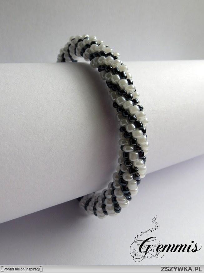 Biało-grafitowa bransoletka robiona przy pomocy szydełka ;)  Zapraszam do polubienia mojej strony na facebooku, link w komentarzu