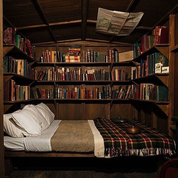 Sogno o son desto sembra la camera di Fairy Oak #magic #bedroom #bed #books #bookshelves #fairyoak #cosy #cozy #cozybedroom
